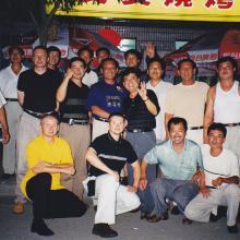 Yantai 2000 z shifu Yu Tiancheng i shishu Yu Tianlu oraz uczniami